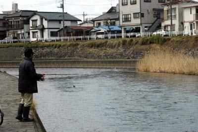 田川の釣り人2