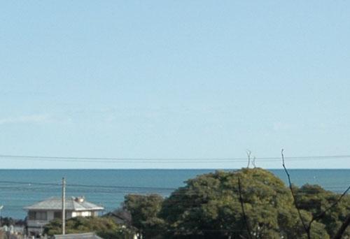 お墓入り口からの海の景