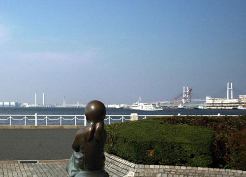 海を見ている赤い靴少女