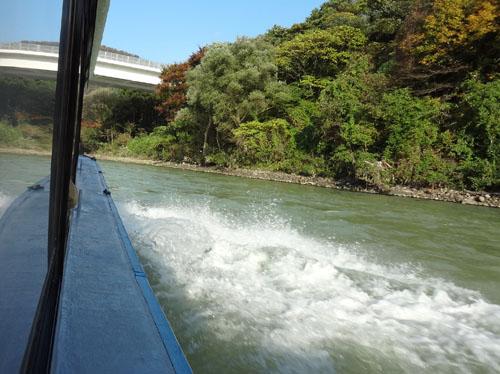 屋形船で川上へ