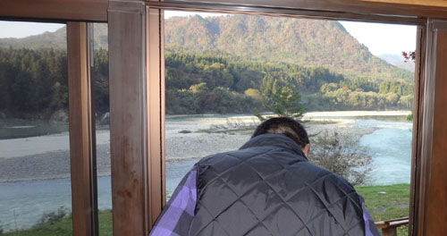 部屋から見える阿賀野川