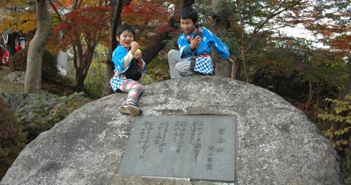 雨情歌碑と子供達