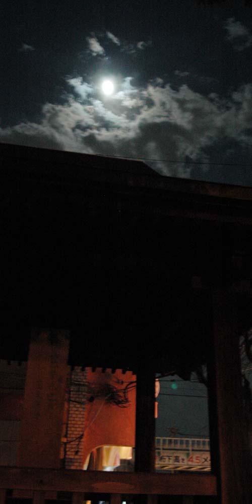 勅旌碑に係る満月