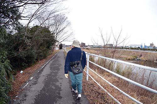 田川の散歩人