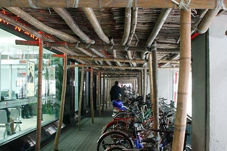 竹の足場の下の歩道