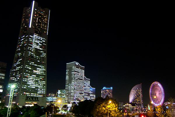 桜木町駅から見えるみなとみらいの夜景