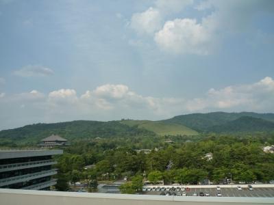 奈良県庁の屋上と若草山