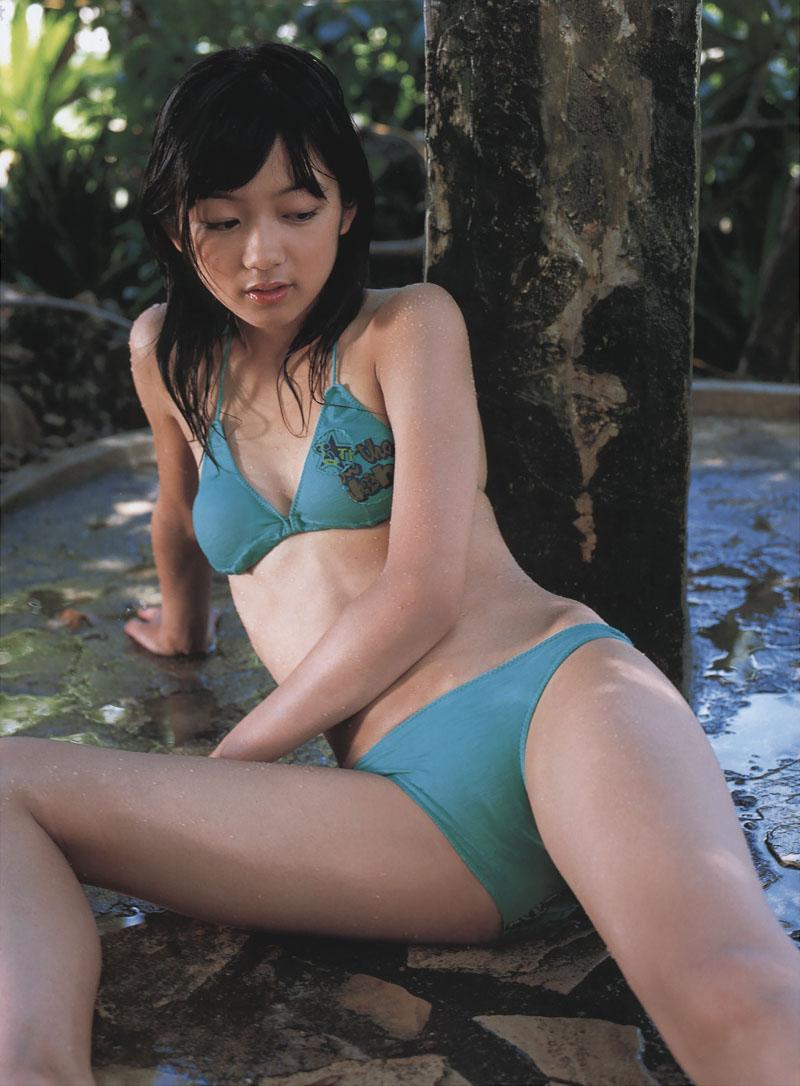 水色水着で憂い顔の森田涼花
