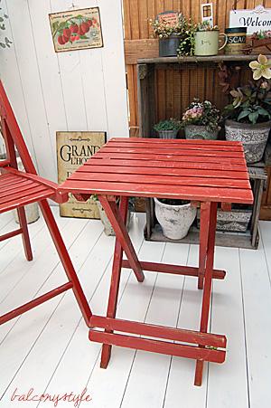 赤のチェアとミニテーブルのセット