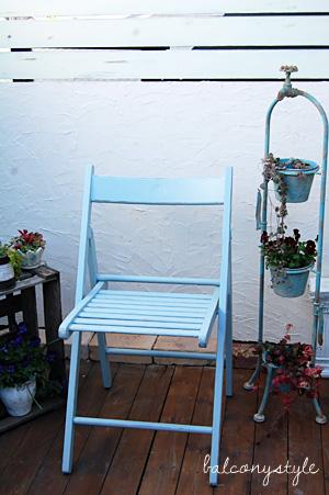 ブルーの椅子やフラワースタンドで