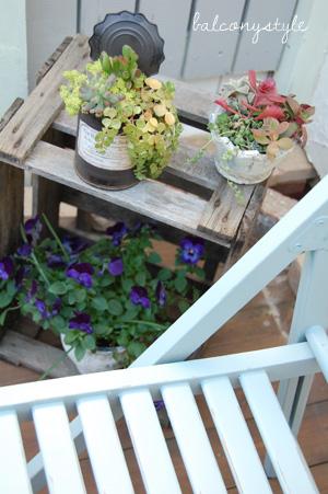 ブルーグレーはジャンクな雰囲気の木箱や多肉とも似合います