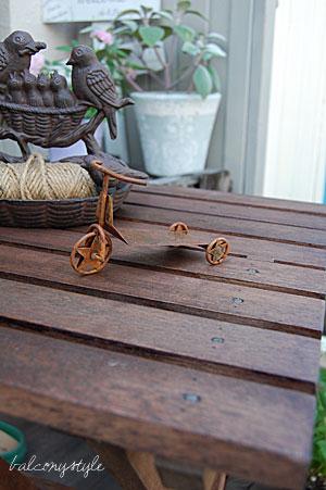 ミニテーブルの上の三輪車