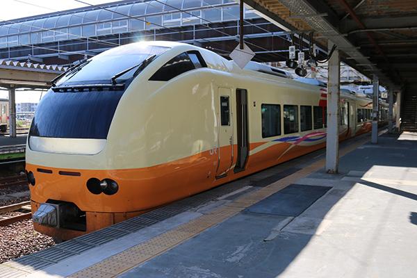 E653系団体列車