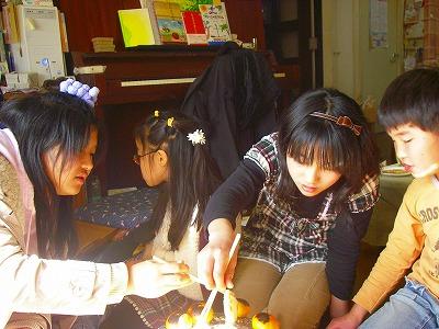 24日のお餅焼きの中学生