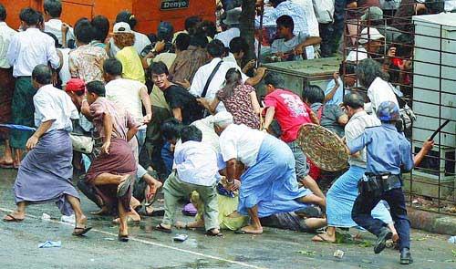 ビルマ軍事政権デモへ銃撃