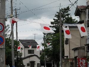通りを旗が横断しているときは、お日市が近い証拠