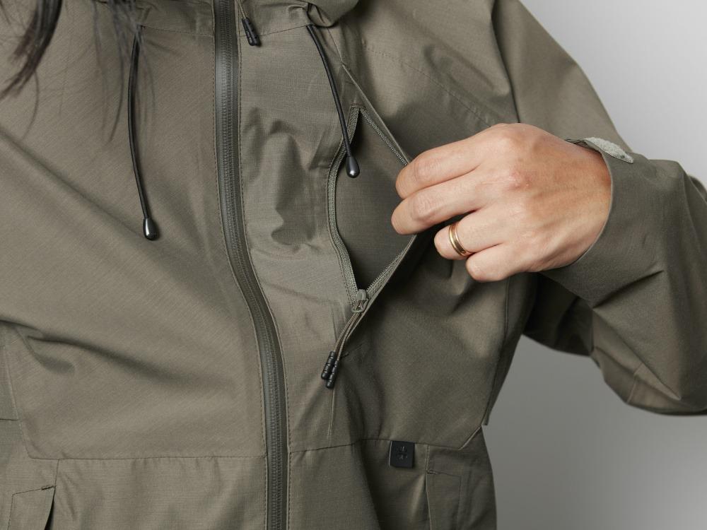 f135ae79eb9e6 フロントには大き目のポケットを3つ備え、ハンドウォームポケットには