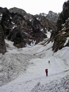 滝谷を詰める・右上に雪に埋まった雄滝
