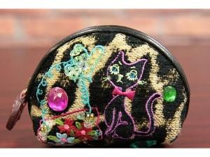 イタリアTEXNOVA社製、レオパード柄のジャカード織生地にネコやバッグなど女性の大好きなモノを刺繍で表現。その上からビーズ、スパンコール、さらにドロップのような大粒のビーズをあしらって、キラキラした空間を演出しました。