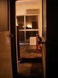 小さな扉を開くと落ち着きのある空間が…。