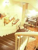 螺旋階段にもたくさんの雑貨が飾られている