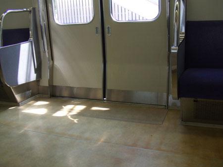 電車内に差し込む光