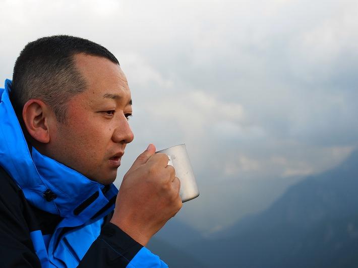 大天井岳でコーヒーを飲む徳山