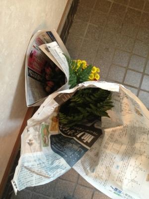 使っている花材は、柳・キウイ・チューリップ・レザーファン・小菊です