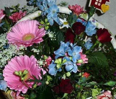 フラワープリントで可愛くカゴの生花アレンジメント