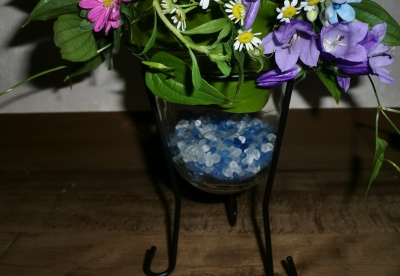 コンパクトディスクを使った初夏の生花アレンジメント