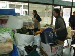 仕分け作業をするボランティア