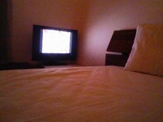 寝室とバイデザインのテレビ