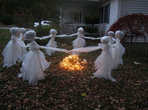 25-diy-halloween-decorations-ideas-magment-easy_halloween-yard-ideas_ideas_apartment-design-ideas-fingernail-graphic-project-houzz-interior-garage-kitchen-church-stage-family-room-small-bathroom-lands_972x729.jpg
