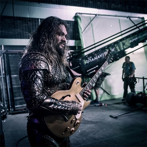 jason-momoa-aquaman-justice-league-guitar.jpg