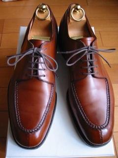 大好きな『42ND ROYAL HIGHLAND(ロイヤル ハイランド)』のUチップ手入れの靴磨きは、男磨きになるかどうかは定かでは無いが、靴の手入れをしていると、気持ちのイイ時間が流れ、磨き終わった後は爽快な気持ちになれる。