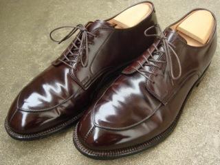 """『Alden(オールデン)』の""""Modified Last(モディファイド・ラスト)・Vチップ・コードバン(Cordovan)""""は、完成するまでに150以上の工程、3週間の時間をかけ、全て天然素材(接着も天然ゴム)を用いているアメリカ靴の王様だ。"""