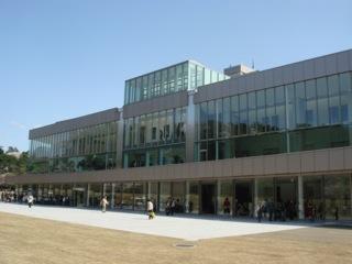 大正モダンを感じさせる建物の旧石川県庁をリニューアルした『石川県政記念 しいのき迎賓館』は、建築の格調ある意匠をそのままに、反対面は現代的なガラスの空間になっている。今後、この施設が起爆剤となって、金沢中心街のにぎわい創出に貢献してくれればと思っている。