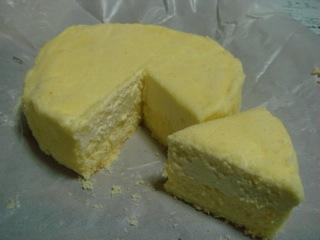"""『LeTAO(ルタオ)』の""""ドゥーブルフロマージュ""""は、ベイクドチーズの上に重なるレアチーズが乗っている2層構造になっている。チーズ臭さが無く、上品なチーズケーキに仕上がっていて、クチの中で蕩け、味は濃厚だが、しつこい印象は無く、食べ易い。"""