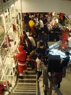 """『MAPLE HOUSE(メープルハウス)』で開催された""""麒麟倶楽部21 Christmas_Party_2011""""は、大人と子供を合わせて約100名以上の参加者に数多くの料理が振る舞われていた。また、Zweigen Kanazawa(ツエーゲン金沢)のマスコットの""""ケンゾー""""が現れ、会場は大盛りだった。"""