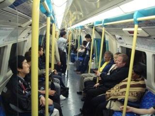 イギリス出張[其の1]Tubeの愛称で親しまれているThe London Underground(ロンドン地下鉄)は、車輛は円形で、狭いため、窓側で立っている乗客は、天井に頭が付いてしまうだけでなく、高身長の白人、黒人、インド人が鬩ぎあう車内は、日本の地下鉄の方が快適だと感じる。