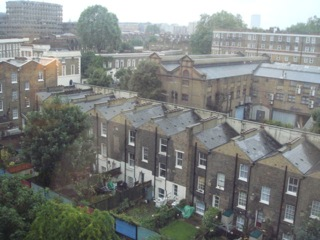 イギリス出張[其の2]宿泊先のHoliday Inn London - Kings Cross / Bloomsburyは、ダブルベッドとゆったりとしたソファーがあり、スーツケースを広げてもかなり余裕がある広さの部屋だ。朝食は、Continental breakfastで、パンにハムやチーズを挿んで、豪快にクチにした。