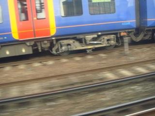 イギリス出張[其の3]Waterloo(ウォータールー)駅は、国際列車の発着駅ともなっており、大混雑している。National Rail(ナショナル・レール)乗車した途端に逸れてしまい、車掌にIm sorry Im lost等と言って、降車駅を確認したりと散々だった(汗)