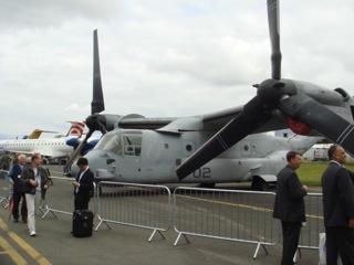 イギリス出張[其の5]MV-22 Osprey(オスプレイ)のデモフライトでは、飛行開始直後にプロペラの位置をヘリコプター型からプロペラ機の様に変え、離着陸の利便性と高速での飛行を兼ね備えた特性と安全性を強調していた。展示機に搭乗するチャンスを逃したのは、残念だった。