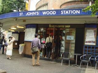 """イギリス出張[其の6]THE BEATLESが、現役時代、殆どの曲をレコーディングした伝説のAbbey Road Studios(アビー・ロード・スタジオ)とその近くにある横断歩道は、""""ABBEY ROAD(アビー・ロード)""""のジャケットでメンバー4人が横断している場所として有名だ。"""