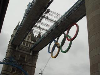 """イギリス出張[其の8]テムズ川に架かるロンドンの象徴と言うべき""""Tower Bridge(タワー・ブリッジ)""""には、オリンピックシーズン限定で、幅約25m×高さ11.5mの巨大な五輪ロゴが飾ってある。この橋の印象はと言うと、デカイの一言に尽きる(笑)"""