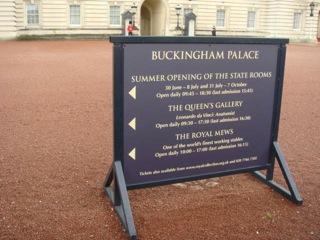 イギリス出張[其の11]現王室の宮殿で、ロンドンの最大の観光名所であるBuckingham Palace(バッキンガム宮殿)を見学した。宮殿前庭で行われる近衛兵交代の儀式だが、時間前に場所を確保しなかったこと、手持ちのデジカメの調子が悪く、シャッターチャンスを逃した。