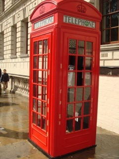 """イギリス出張[其の12]ロンドンと言えば、赤色の""""Double Decker(ダブルデッカー)""""や""""公衆電話ボックス""""が名物だ。この強烈な赤色が、 街のアクセントになっていて、オシャレなロンドンの街にピッタリだ。"""