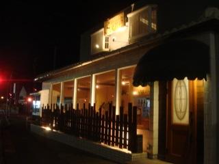 """木目や茶系でまとめた店内にカウンターとテーブル席があるフランスの小田舎にある様な内装の『洋風居酒屋 SANO』の""""コース料理""""は、家庭的な雰囲気で、気取らずご近所付き合いの様にもてなしてくれる本格フレンチだ。"""