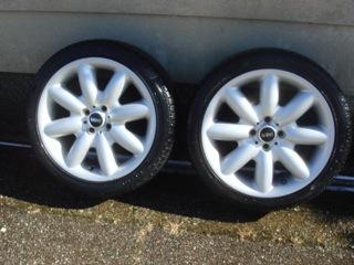 降雪前の愛車の冬支度のため、日中の晴れ間に愛車のMINI_Cooper_Sの205/45 17inchのタイヤを2inch落としたスタッドレスタイヤに交換した。やっぱ、北陸在住だと、生活コストが掛かるな〜。