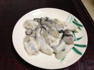"""浅野川に面した薄暗い通りに沿って佇む町屋からぼんやりと漏れる灯りが艶っぽい主計(かずえ)町にある『みふく(三福)』の""""牡蠣の土手鍋""""は、溶き卵に具材を浸しながらクチにする「すき焼き風」だ。合わせ味噌を生姜と出汁で調整してあり、身体がポカポカだ。"""